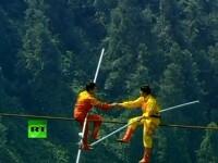Trei chinezi au ajuns in Cartea Recordurilor, dupa ce au traversat pe FRANGHIE un canion. VIDEO