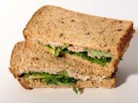 A gustat din sandvisul abia cumparat si cand a vazut ce era in paine i s-a facut rau