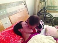 La numai 2 ani, un baiat din China face minuni pentru mama lui. A readus-o la viata din coma