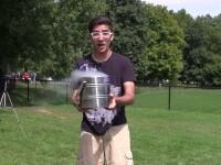 Cea mai periculoasa provocare Ice Bucket Challenge. Un chimist si-a turnat in cap azot lichid. VIDEO