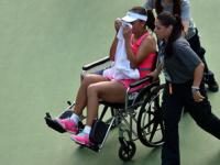 Imagini incredibile la US Open: Shuai Peng a parasit terenul in scaunul cu rotile, din cauza problemelor fizice. VIDEO