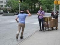 Viralul saptamanii la iLikeIT: Reactia oamenilor din New York care asteapta taxi-ul, dupa ce un barbat bate palma cu ei