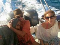 Momentul in care un imigrant este salvat de o turista din apele Mediteranei. Imaginea emotionanta a devenit virala: FOTO