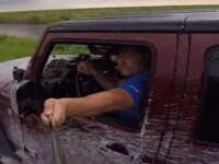 Ce a patit un barbat care a vrut sa isi faca o poza cu selfie stick-ul, in timp ce se afla la volan. VIDEO