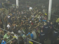 Politia ungara, filmata in secret aruncand mancare catre migranti: