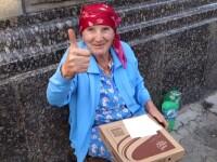 Gest impresionant al unor tineri din Republica Moldova. Au impartit pizza oamenilor nevoiasi, pe strada. VIDEO