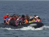 Momentul in care o barca plina cu refugiati se scufunda la 100 m de tarm. Cum incearca un tata disperat sa-si salveze copilul