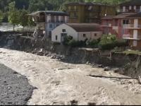 Inundatii devastatoare in Italia. Apele au rupt bucati din case si drumuri, iar mai multe persoane sunt date disparute