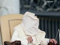 Incident amuzant in timpul unui discurs al Papei Francisc. O pala de vant i-a creat probleme Suveranului Pontif. FOTO