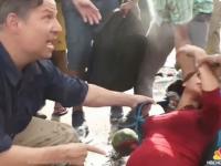 Momentul in care o refugiata insarcinata in 9 luni se prabuseste la pamant, la picioarele unui reporter american. Ce a urmat