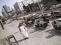 Momentul in care unui barbat ii cade un geam urias in cap, in timp ce mergea pe strada. Ce s-a intamplat cu acesta. VIDEO