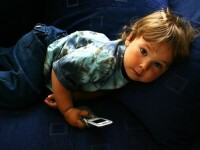 Ce se intampla daca iti lasi copilul sa se joace cu telefonul mobil sau cu tableta. Ce au descoperit oamenii de stiinta