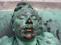 Cel mai vizitat mormant din Paris. Detaliul de pe corpul unui barbat necunoscut care strange mii de turisti anual