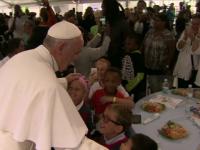Vizita Papei Francisc in SUA, un adevarat fenomen. Suveranul Pontif a ajutat la servirea pranzului la o cantina sociala