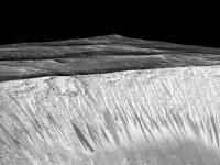 NASA: Planeta Marte are rauri care curg peste cratere si versanti pe timpul verii. Raspunsul la intrebarea