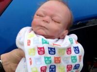 Politistii au spart geamul unei masini pentru a salva un bebelus uitat pe bancheta. Ce au descoperit de fapt