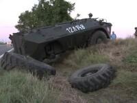 Un TAB a ajuns intr-un sant, dupa ce a cazut de pe autoplatforma. Militarii dau vina pe soferul unui TIR