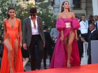 Festivalul de film de la Venetia. Doua aparitii imposibil de trecut cu vederea, pe covorul rosu. FOTO