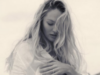 Fotomodelul Candice Swanepoel si-a rasfatat fanii cu o fotografie intima, in a 8-a luna de sarcina. Reactiile acestora