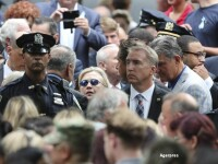Hillary Clinton, la un pas sa lesine in timpul ceremoniilor dedicate victimelor de la 11 septembrie. Sufera de pneumonie