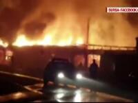 Noapte de foc la Petrosani, unde un complex comercial a fost mistuit de flacari uriase. Magazinele nu aveau autorizatie