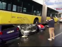 Un gest banal a declansat haosul pe o sosea din Turcia. Un autobuz a intrat pe contrasens si s-a urcat peste trei masini