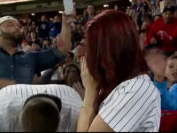 Si-a cerut iubita de sotie pe stadionul Yankees, dar a pierdut inelul din cauza emotiilor. Ce s-a intamplat dupa 5 minute