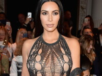 Kim Kardashian a intors toate privirile la Saptamana Modei de la Paris. De ce si-a tinut tot timpul mana in zona intima