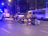 Motociclist rănit grav, după ce o șoferiță a întors pe linie dublă continuă