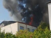Incendiu la acoperişul unui bloc din centrul Focşaniului. Au intervenit patru autospeciale. VIDEO