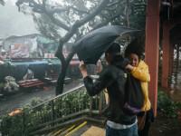 Momentul în care oamenii sunt luați pe sus de vânt în Filipine. 29 de morți în taifunul Mangkhut
