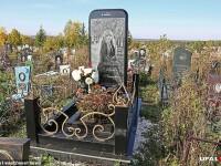 Piatra funerară dintr-un cimitir, în toată presa locală. Cine e tânăra înmormântată acolo