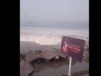 Tsunami în Indonezia. Momentul în care valurile au lovit țărmul. VIDEO
