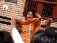 Femeie însărcinată, bătută din cauza unor zvonuri, în plină stradă. VIDEO ȘOCANT