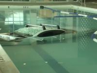 A pierdut controlul volanului și a intrat cu mașina într-o piscină a unui centru de fitness
