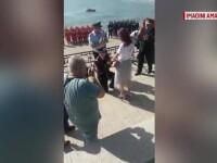 Un militar și-a cerut iubita în căsătorie de Ziua Pompierilor, pe faleza din Constanța