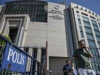 Doi jurnalişti turci de la Bloomberg, judecaţi pentru un articol despre prăbuşirea lirei