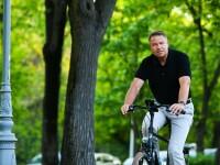 Iohannis face un apel la populație și publică o nouă poză în care apare pe bicicletă