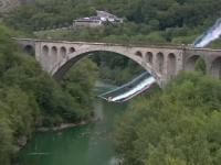 Motivul pentru care un pilot a trecut de trei ori cu avionul pe sub un pod