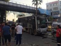 Atac cu bombă, în centrul unui oraş din Turcia. Un autobuz a fost distrus de explozie