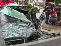 S-a urcat fără permis la volan și s-a izbit violent de un camion. Mașina a ricoșat într-un gard
