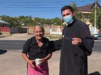 """Un preot din Galați a construit o """"căsuță cu bunătăți"""" pentru localnicii săraci"""