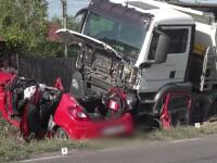 Mașină proiectată sub roțile unui camion de un șofer neatent: o mamă și fiul ei se zbat între viață și moarte