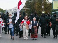 Celebră pe internet. O străbunică de 73 de ani îi înfruntă pe jandarmii din Belarus