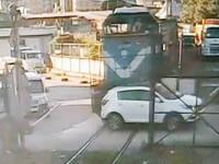 VIDEO. Momentul în care mașina unui politician turc este lovită de tren