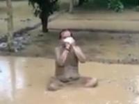 Un politician din India, care susținea că baia în nămol îl protejează de Covid-19, s-a infectat. VIDEO