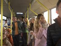 FOTO. Un bărbat s-a urcat în autobuz cu un șarpe viu pe post de mască