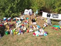 O armată de jucării de pluș păzește un teren din București, în semn de protest pentru lipsa parcurilor