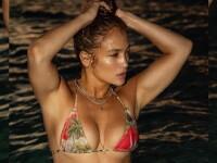 Imaginea de milioane de like-uri cu Jennifer Lopez. Artista de 51 de ani apare în costum de baie