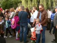 Părinţii stau în grupuri şi fumează în faţa şcolilor. Îngrijorarea directorului DSP Sibiu